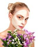 Kobieta z twarzową maską. Obraz Royalty Free