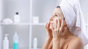 Kobieta z twarzową szkotową kosmetyk maską ono robi twarzowemu masażowi zdjęcie wideo