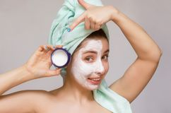 Kobieta z twarzy śmietanki maską Twarzy skóry opieka Skóry traktowanie Fotografia Royalty Free