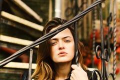 Kobieta z ufną twarzą na kamiennych schodkach zdjęcie royalty free