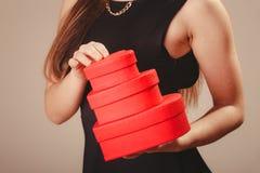Kobieta z valentines pudełkami Zdjęcia Royalty Free