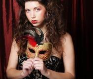 Kobieta z venetian maskaradową karnawał maską Zdjęcia Royalty Free
