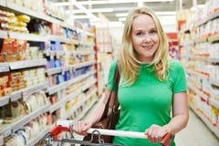 Kobieta z wózek na zakupy przy sklepem zdjęcie royalty free