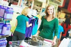 Kobieta z wózek na zakupy przy supermarketem obraz stock
