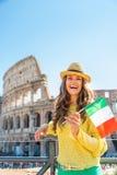 Kobieta z włoch flaga przed colosseum obrazy stock