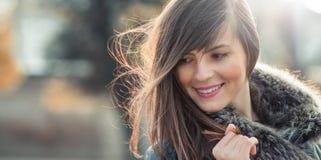 Kobieta z włosianym dmuchaniem w wiatrze zdjęcie stock