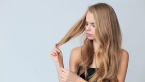 Kobieta z włosianym problemów, uszkadzającego, suchego, brudnego i straty włosy pojęciem - chrupliwych, zbiory