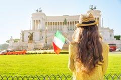 Kobieta z włoch flaga na piazza venezia w Rome Zdjęcie Stock
