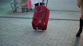 Kobieta z walizką na kołach ma miejsce na kolejowej platformie Cieki chodzi na estradowych pasażerach z a zbiory
