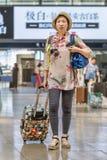 Kobieta z walizką przy Pekin staci kolejowej południe, Chiny Fotografia Stock