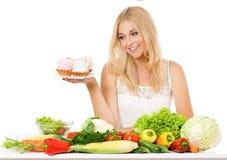 Kobieta z warzywami i tortem Zdjęcia Royalty Free