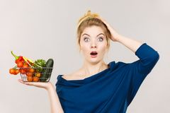 Kobieta z warzywami, szokujący twarzy wyrażenie zdjęcia royalty free