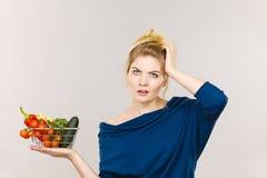 Kobieta z warzywami, szokujący twarzy wyrażenie zdjęcie stock
