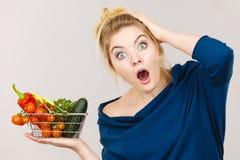 Kobieta z warzywami, szokujący twarzy wyrażenie zdjęcie royalty free