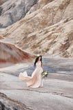 Kobieta z wiankiem kwiaty na ona kierownicza i bukietem kawaler zdjęcie royalty free