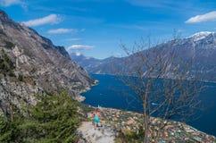 Kobieta z widokiem na Limone sul Garda od zbocza góry Zdjęcie Stock