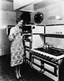 Kobieta z wielką kuchenką (Wszystkie persons przedstawiający no są długiego utrzymania i żadny nieruchomość istnieje Dostawca gwa Zdjęcia Stock