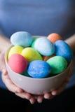 Kobieta z Wielkanocnymi jajkami w rękach obraz stock