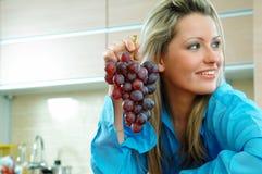 Kobieta z winogronami zdjęcie royalty free