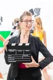 Kobieta z wp8lywy klaśnięciem przy wideo produkcją na filmu secie Zdjęcie Stock
