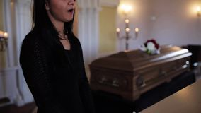 Kobieta z wytarciem i trumna przy pogrzebem w kościół zbiory wideo