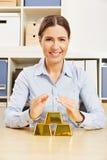 Kobieta z złocistym pieniądze jako ochrona zdjęcia royalty free