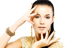 Kobieta z złotymi gwoździami i piękną złocistą biżuterią Fotografia Royalty Free