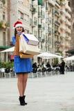 Kobieta z zakupami przy ulicą Fotografia Stock
