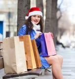 Kobieta z zakupami przy ulicą Zdjęcie Stock