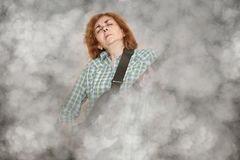 Kobieta z zamkniętymi oczami bawić się gitarę elektryczną obraz stock