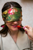 Kobieta z zamkniętymi oczami obwąchuje truskawki Fotografia Stock