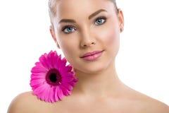 Kobieta z zdrowie skórą z kwiatem na jej ramieniu i Zdjęcia Royalty Free