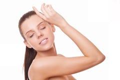 Kobieta z zdrowym czyścić skórę i zamkniętych oczy Zdjęcia Royalty Free