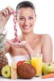 Kobieta z zdrowym jedzeniem i pomiarową taśmą Obrazy Royalty Free