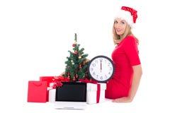 Kobieta z zegarem, notatnikiem, choinką i prezentami, dalej Obrazy Royalty Free