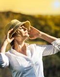 Kobieta z zmierzchem z rękami up Obraz Stock
