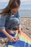 Kobieta załatwia kanię w okularach przeciwsłonecznych Zdjęcie Stock
