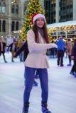 Kobieta zabawy jazdę na łyżwach na Bożenarodzeniowym rynku obrazy stock
