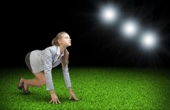Kobieta zaczyna zaczynać Zielona trawa i czarny niebo Zdjęcie Royalty Free