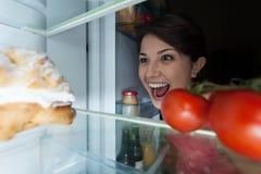 Kobieta zakłada jej tort Zdjęcia Stock