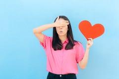 Kobieta Zakrywa Ona oczy Trzyma Dużego serce obrazy royalty free