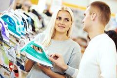 Kobieta zakupy żelaza urządzenia supermarket w domu obrazy stock