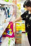 Kobieta zakupy akcesoria lub zwierzęcia domowego jedzenie w petshop Zdjęcia Stock