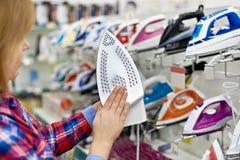Kobieta zakupy dla żelaza w sklepie obrazy royalty free
