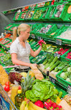 Kobieta zakupy dla owoc Zdjęcie Stock