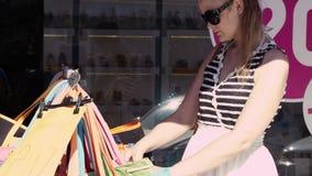 Kobieta zakupy dla toreb zdjęcie wideo