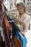 Kobieta zakupy Dla toreb Przy rynku kramem Obrazy Stock