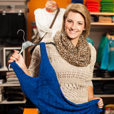 Kobieta zakupy - Dwa dziewczyny w odzieżowego sklepu choo Fotografia Stock