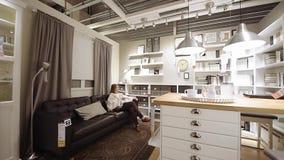 Kobieta zakupy meble w IKEA nowożytnym sklepie bada kanapa żywego pokój zbiory wideo
