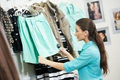 Kobieta zakupy odzież fotografia stock
